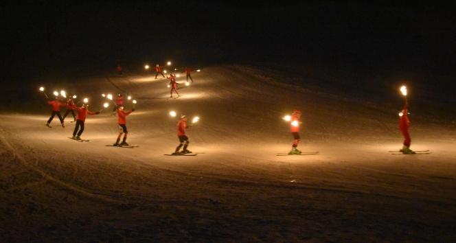 Eksi 20 derecedeki kayak gösterisi renkli anlara sahne oldu