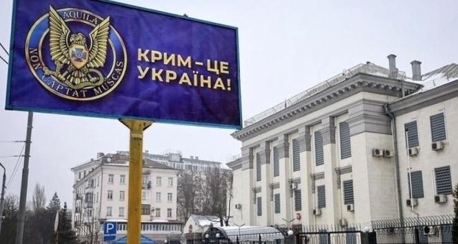 Ukrayna'da Rusya Büyükelçiliği önündeki reklam panolarına