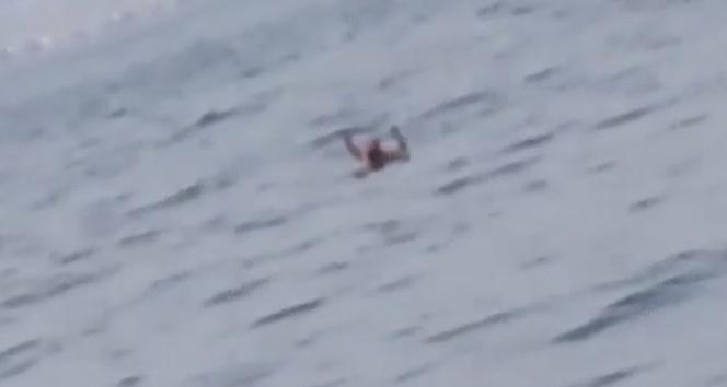 Aranması olan şahıs, gözaltına alınmamak için denize atladı