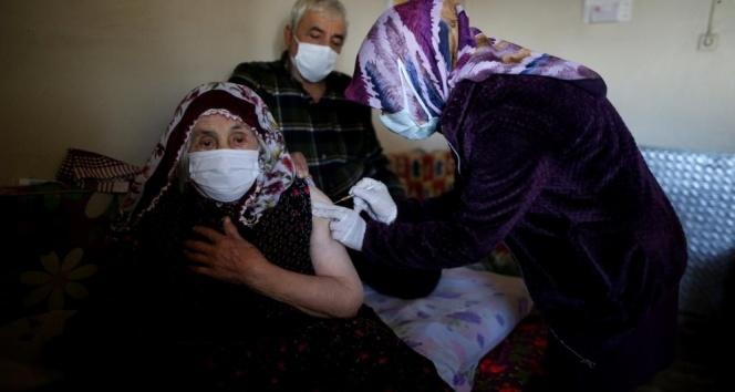 Cumhurbaşkanı Erdoğan'ın elini öptüğü Şahizar nine korona aşısı oldu