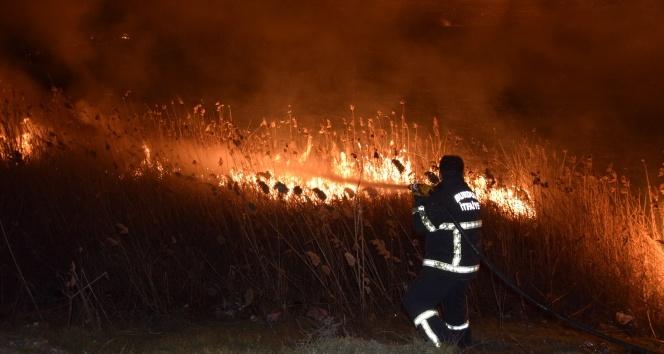 Burdur Gölü kıyısında korkutan sazlık yangını