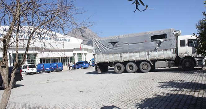 Antalya'da kamyon kasasında çok sayıda göçmen yakalandı