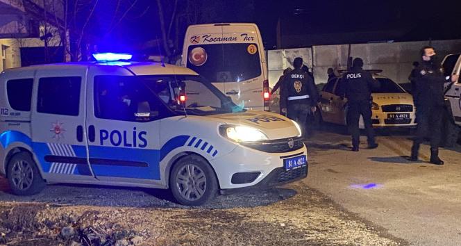 Kavgada polislerden kurtulup husumetlisine saldırmaya kalktı
