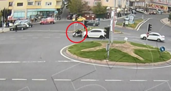 Kırmızı ışıkta duran motosikletliyi metrelerce uçurdu