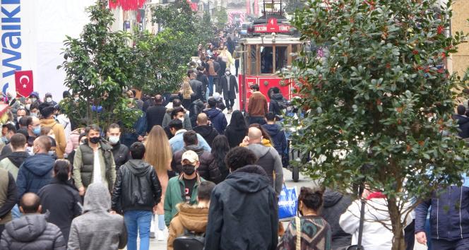 Kısıtlamasız cumartesinde vatandaşlar Taksim'e akın etti