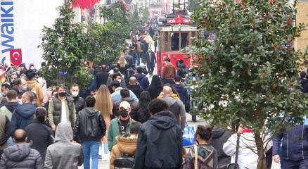 Kısıtlamasız cumartesinde vatandaşlar Taksime akın etti