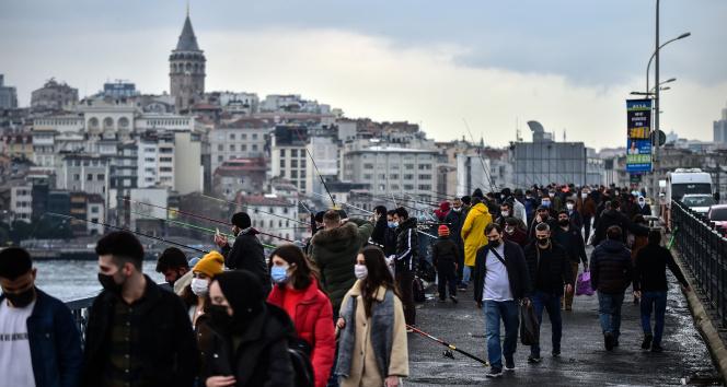Kısıtlamasız ilk cumartesinde vatandaşlar Eminönü'ne akın etti