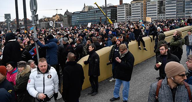 Stockholm'de yüzlerce kişi Covid-19 önlemlerini protesto etti: 6 yaralı