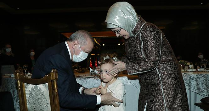 Cumhurbaşkanı Erdoğan ve eşi Emine Erdoğan sağlık ve sosyal hizmet çalışanı kadınlarla bir araya geldi