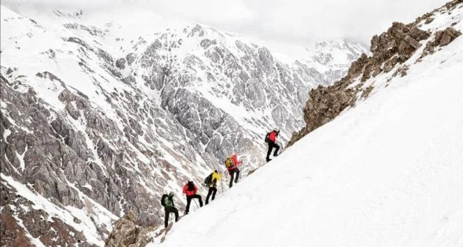 Dağcılar, 7 saatte 3 bin 180 rakımlı karla kaplı Mercan Dağları'na tırmandı