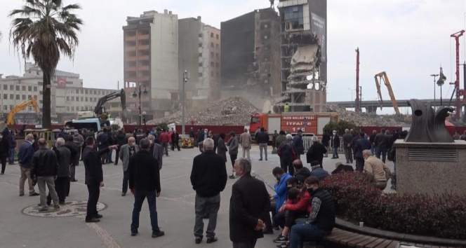 Binaların yıkılmasını film izler gibi izliyorlar