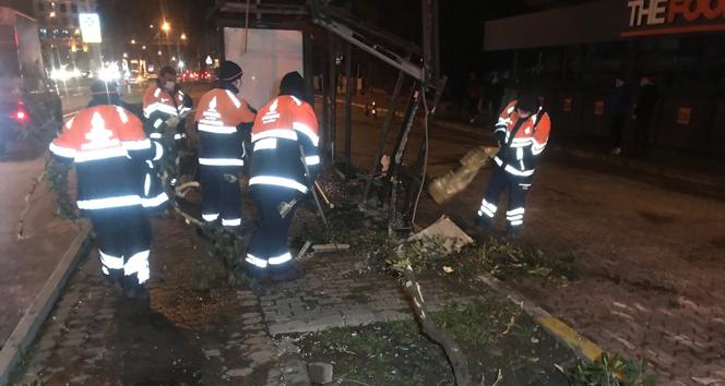 Bakırköy'de otomobil otobüs durağına daldı: 1 yaralı