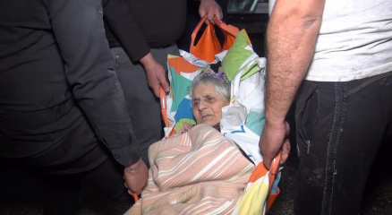 Yangında can pazarı...86 yaşındaki felçli kadın son anda kurtarıldı