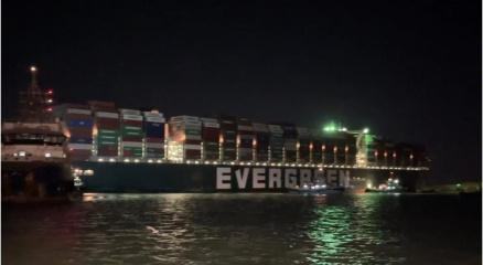 Süveyş Kanalını tıkayan geminin hareket etmesi için çalışmalar sürüyor