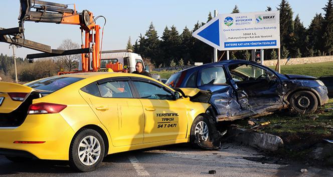 Kavşakta meydana gelen kazada araçlar hurdaya döndü!