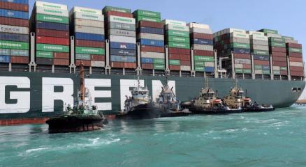 Süveyş Kanalını tıkayan gemi kısmen hareket ettirildi
