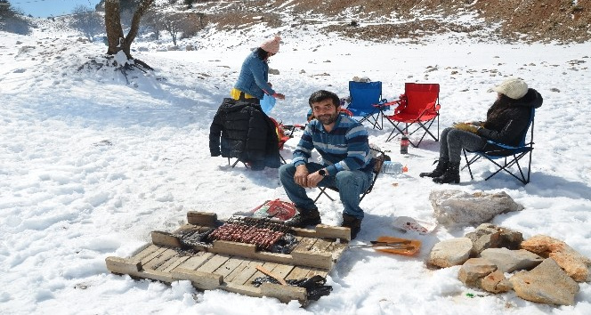 Antalya'da kardan adam ve kar üzerinde mangal keyfi
