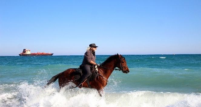 Kovboy şapkasını takıp Antalya sokaklarında at koşturuyor