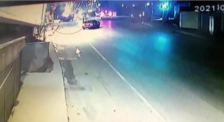 Pendikte alev topuna dönen araç yangınının görüntüleri güvenlik kameralarına yansıdı