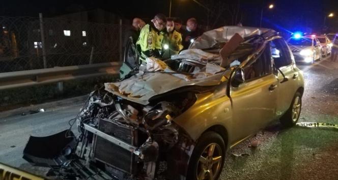 İzmir'de otomobil tıra arkadan çarptı: 1 ölü, 1 yaralı