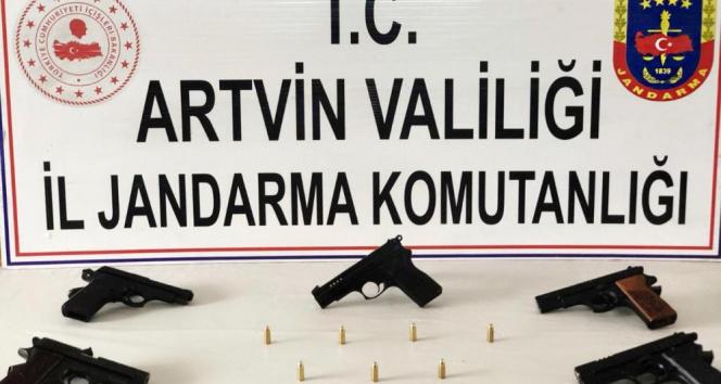 Artvin'de durdurulan araçta 5 adet ruhsatız tabanca ele geçirildi