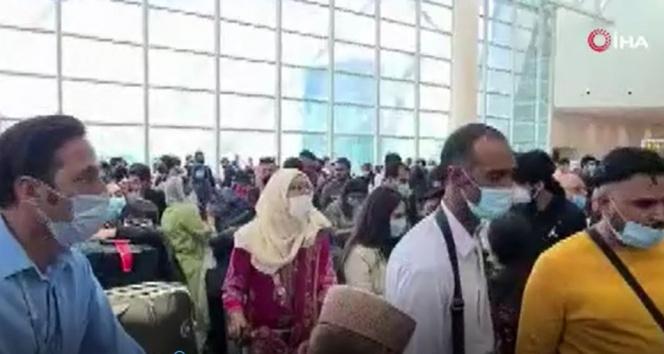 Binlerce Pakistanlı havalimanına akın etti