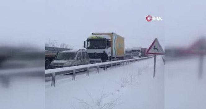 Karabük'te kar yağışı ve buzlanmadan dolayı trafik durdu