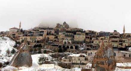 Kapadokyada Nisan ayında peribacaları beyaza büründü
