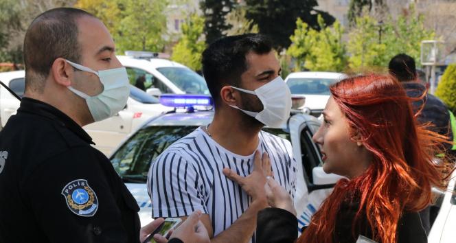 Polis noktasında erkek arkadaşına ceza yazıldığını düşünüp, gözyaşlarını tutamadı