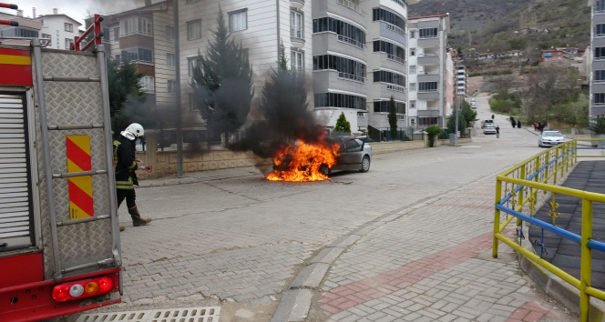Satın almaya gittiği otomobil alev alev yandı canını son anda kurtardı