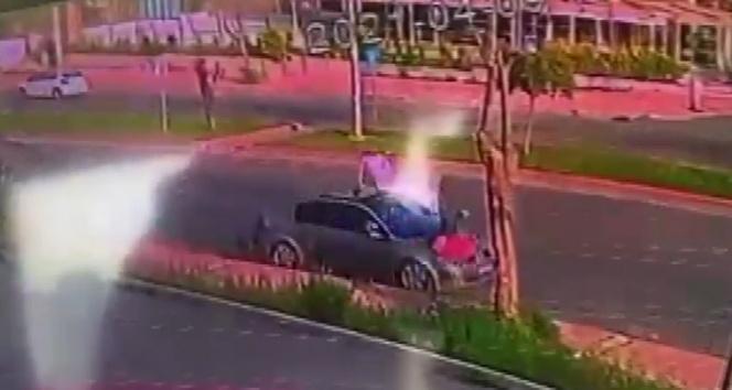 Otomobil kağıt toplayıcısına çarptı metrelerce savurdu!
