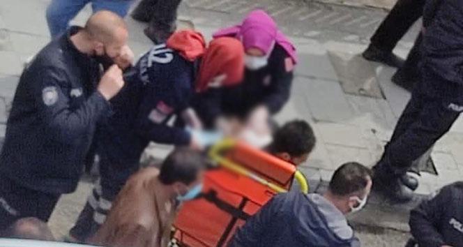 Kaldırımda yürürken dehşeti yaşadı, sırtındaki bıçakla hastaneye kaldırıldı