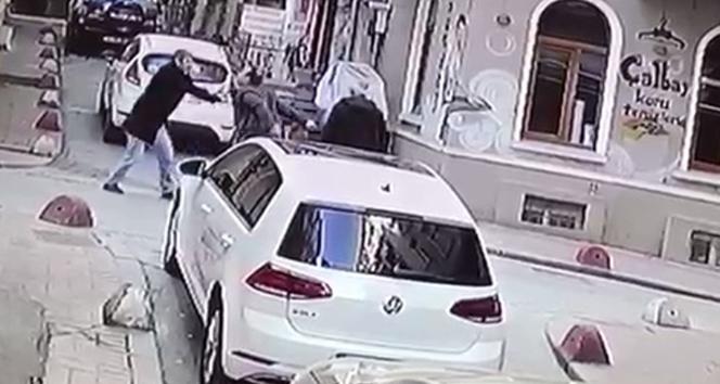 Beyoğlu'nda bıçaklı kavga kamerada