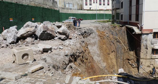 Sitenin yolu çöktü, mahalleli korku dolu anlar yaşadı