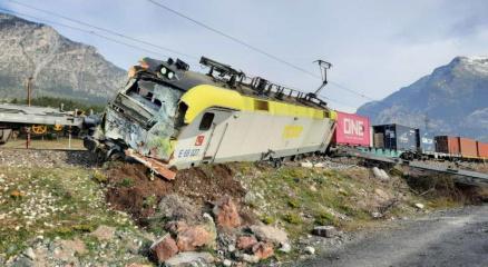 Adanada yük treni raydan çıktı