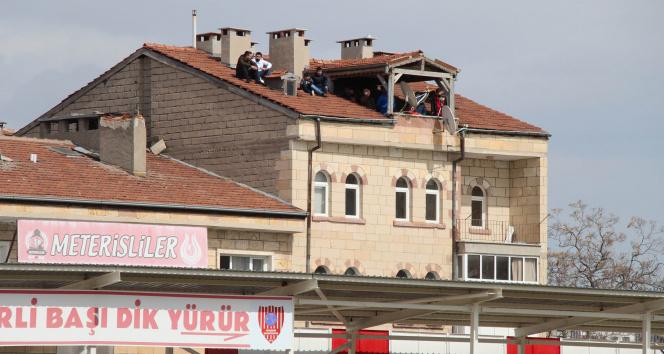 Futbol tutkusu çatıya çıkarttı