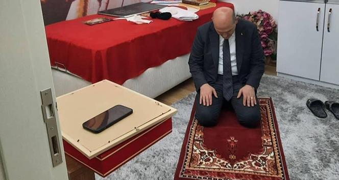 Bakan Soylu şehidin seccadesinde namaz kıldı