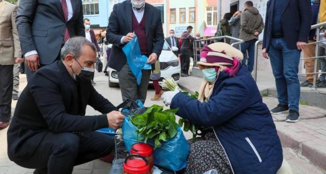 Vali esnaftan satın aldığını vatandaşa dağıttı