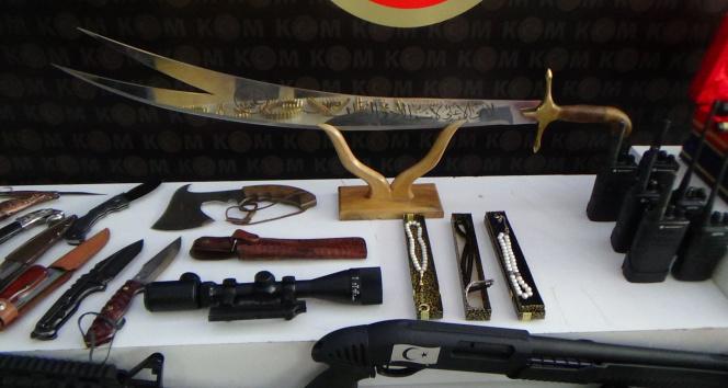 Sedat Peker grubuna yapılan operasyonda ele geçirilen silahlar sergilendi
