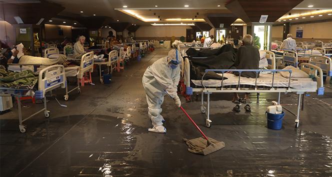 Hindistan'da hastaneler alarm veriyor: Bir yatakta 2 hasta yatıyor