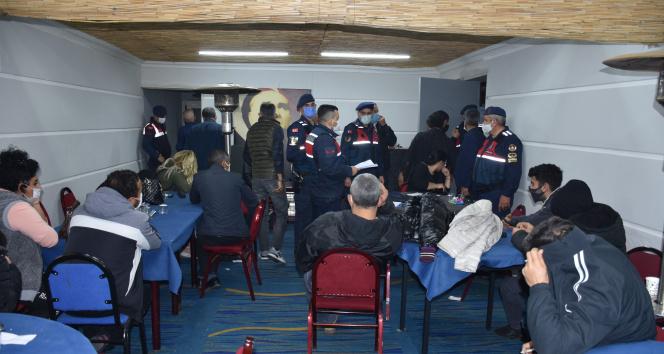 İzmir'de jandarmadan çiftlik evine kumar baskını: 62 kişiye binlerce lira ceza kesildi