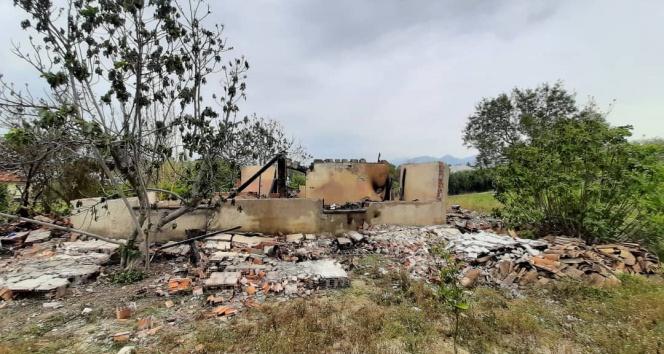 Gece çıkan yangın, müstakil evi kül etti