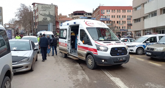 Emniyet önünde kavgayı ayırmaya çalışan polis ve bekçi bıçaklanarak yaralandı