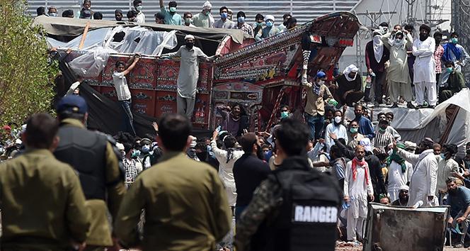 Pakistan'da polis göstericilere ateş açtı: 3 ölü, 50 yaralı