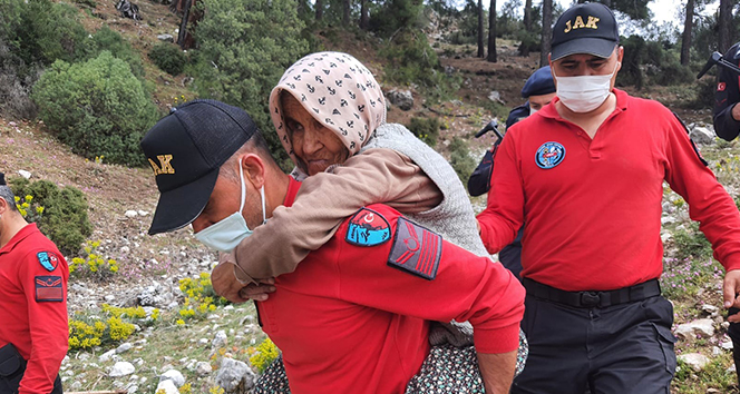 Sahurdan sonra koyun otlatmaya çıkan Alzheimer hastası yaşlı kadın dağda bulundu