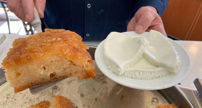 Ramazan sofralarının vazgeçilmez tatlısı: Kaymaklı ekmek kadayıfı