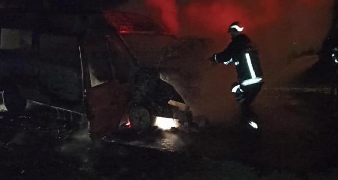 Seyir halindeki minibüs alev alev yandı!