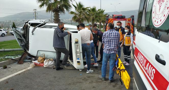 Aydınlatma direğine çarpan otomobildeki 2 kişi yaralandı