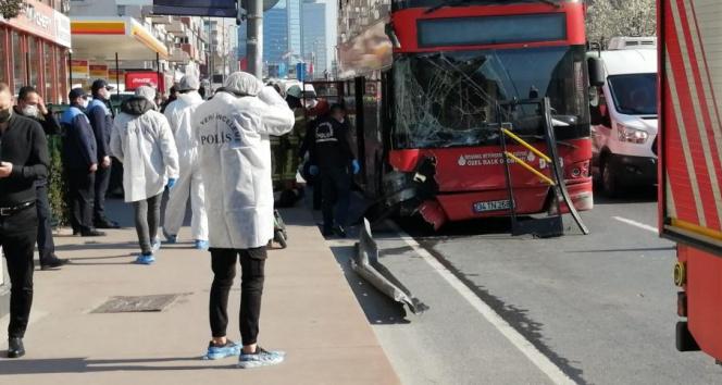 Beşiktaş'ta feci kaza! Çift katlı belediye otobüsü bariyerlere çarptı
