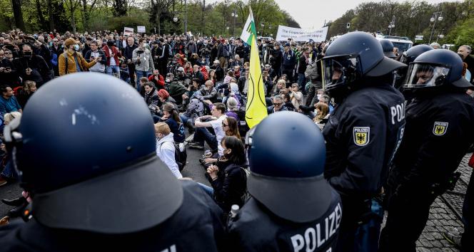 Berlin'de 'Enfeksiyondan Koruma Yasası' protestosu: 150'den fazla gözaltı